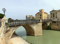 По Гран Виа мы дошли до моста, называемого El Puente de los Peligros (мост Опасностей). Самый старый мост через реку Río Segura еще носит название Старого ...