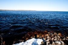 За крепостью можно пройти к воде, есть много места для пикника - многие на берегу и шашлыки умудрялись делать.