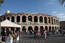 Древний амфитеатр в Вероне, там до сих пор проходят концерты..