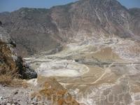 вид на кратер вулкана на о. Нисирос из деревни Никия