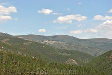 Вид из Алвару на окружающие холмы с хвойными и эвкалиптовыми лесами.