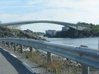 По этому мосту перебираемся на остров