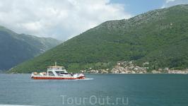 паром ходит каждые 10 минут, и через 5 доставляет вас на другую сторону Бока-Которской бухты