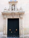 Потом в XVII веке за его переделку/перестройку взялся Agustín Bernardino, ученик самого Juan de Herrera (построил Собор в В Вальядолиде см тут http://tourout ...