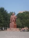 в Ахтубинске  на главной площади все еще стоит В.И. Ленин. Вождь  пролетариата