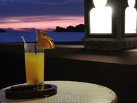 А это тот самый тропический коктейль, который можно выпить на закате.