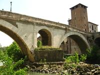 Мост Фабриция - один из двух мостов, по которому можно попасть на Тиберину