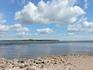 На берегу не так много мелких камней, ведь дети очень любят кидать их в воду... и чем больше брызг, тем лучше!
