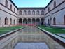 Corte Ducale - Герцогский двор. Мне он сильно напомнил дворик Альгамбры не только бассейном,  но какими-то арабскими окошками зданий, выходящими во двор ...