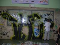 на жд вокзале касса не работает, билетики можно купить в соседнем газетном киоске, а расписание узнать можно очистив табло от графити:)