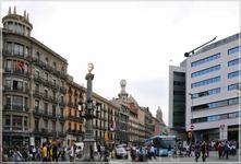 Площадь Каталонии — большая площадь, окруженная памятниками, является самой деловой и популярной площадью Барселоны. Она расположена между старым городом (Ciutat Vella) и районом XIX в. Эшампле.