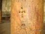 православный храм Рождества Христова. По преданию, во время нападения язычников на храм, из этих отверстий в колоннах вылетели пчёлы и прогнали варвар