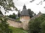 Стены Псково-Печерского монастыря.   Удивительное зрелище - крепость расположена практически в овраге.
