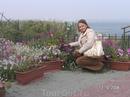 Наталья не может пройти мимо цветов
