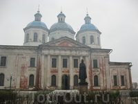 А это уже Кашин. Восстанавливающийся кафедральный собор и памятник св. Анне Кашинской