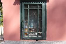 Вот такие окошки со святынями по всей Греции.