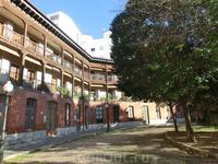 Потрясающее место, куда нас привел Хорхе. Старая арена для быков, превращенная в жилой дом, а внутри - площадь и уютный сквер. Plaza del Viejo Coso, была ...