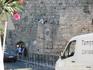 Чудак-читатель на крепостной стене.
