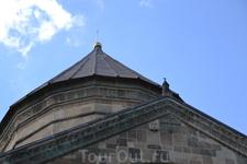Светицховели – грандиозный собор крестово-купольного плана. От высокого крестообразного фасада симметрично с двух сторон отходят приделы, украшенные арочными ...
