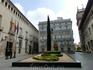 El Palacio de Generalitat - здание справа. Здание правительства королевства Валенсии занимает это место с начала XV века. И его много раз перестраивали ...