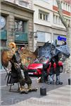 Самыми безобидными персонажами являются, пожалуй, живые скульптуры, честно зарабатывающие на дебилизме туристов, с восторгом фотографирующихся с «человеком-унитазом» ...