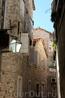 Прогулки по Старому городу в жаркий полдень могут сберечь от жары - улочки узкие и затенённые.