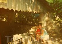 А это я уже через 21 год после моего кадра в панамке. И у меня уже есть своя девочка в панамке по имени Вика. Мы сидим возле  каменной емкости для засолки ...