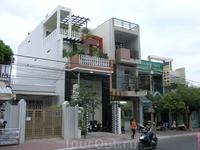 Традиционно:внизу офис или магазин,сверху жилье.