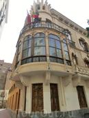 Ближе к центру стало больше интересных зданий. Одно из них - Casa Días Cassou. Здание построено в стиле модерн мурсианским архитектором José Antonio Rodríguez по заказу мурсианского писателя Pedro Díaz Cassou в 900-1906 годах. Сейчас используется региональным правительством для проведения выставок.