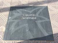 Конечно большинство плиток принадлежит испанским звездам, но вот, например, увековечена Клаудиа Кардинале.