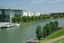 Городок Вольфсбург недалеко от Ганновера – самый, пожалуй, молодой в Германии. Город возник благодаря строительству автомобильного завода. Это родина концерна ...