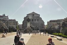 Памятник Филиппу IV. За ним  - Оперный Театр.