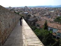 Вид на исторический центр Жироны с недавно отреставрированной крепостной стены
