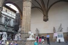 Лоджия Ланци- аркадное строение на площади  Синьорий-построено с 1376 года по 1382 год. Здание  предназначалось для  собраний  и  приемов во Флорентийской ...