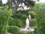 На этом фото дом семьи, когда-то владевшей этим садом. Долгое время они не ухаживали за ним, после чего подарили городу, себе оставив лишь один из домов ...