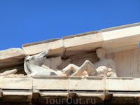 Слева, в углу фронтона, изображен поднимающийся на своей колеснице из волн омывающего землю Океана бог солнца Гелиос.
