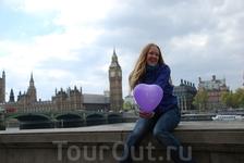 Биг-Бен - знаменитая колокольная башня в Лондоне. Название башни возникло от названия 13-тонного колокола, установленого внутри неё. Высота башни 61 метр (не считая шпиля); часы располагаются на высот