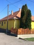 В Венгрии очень красочные дома. Видно, что и за двором ухаживают тщательно и с любовью - участки совершенно ровные. Я и раньше слышала от друзей, бывавших ...