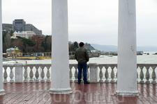 Да кому этот ширпотреб нужен, когда можно вот так, постоять и смотреть на море, на волны. В зимнем Крыму открывается тяга к созерцанию, которая напрочь ...