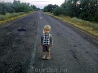 Центральное шоссе через Новоотрадное. Бывает что машины проезжают.. Пробки... Здесь - только от бутылок...