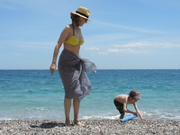 На пляже можно было найти огромное количество вулканических камней