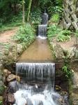 Искусственный водопадик в одном из уголков сада