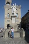 Сан-Марино. Статуя Свободы  и правительственный дворец.Город основан в 301 году каменотесом Марино, беженцем из  Долматии,это нынешняя  Хорватия.Он  бежал  от императора Диоклетиана  и сначала останов