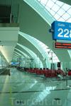 огромное здание аэровокзала, состоящее из нескольких корпусов.Во второй половине дня и до полуночи вокзал пустеет (основной поток пассажиров - от полуночи ...