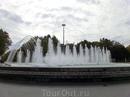 В центре площади - огромный очень красивый фонтан и памятник поэту. С одной стороны площади - красивейшая Академия Кавалерии (Academia de Caballeria), ...