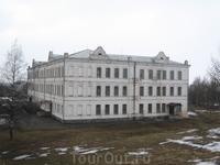 Вид на здание Присутственных мест (Колледж) с восточного земляного вала кремля.