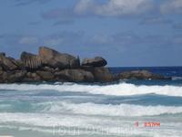 Ла Диг пляж Гранд Ансе. Огромные волны, пляж больше подходит для серферов