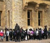 В Тауэе много детей с экскурсиями. Эта группа - явно из мусульманской школы.