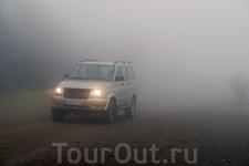 Причем туман какой-то неравномерный. Вот посмотрите, как он резко за машиной усиливается