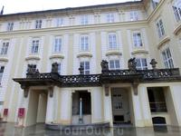 После собора св. Вита отправляемся смотреть старый королевский дворец. Внутри дворца много залов, в одном из залов выставлена копия королевских регалий ...